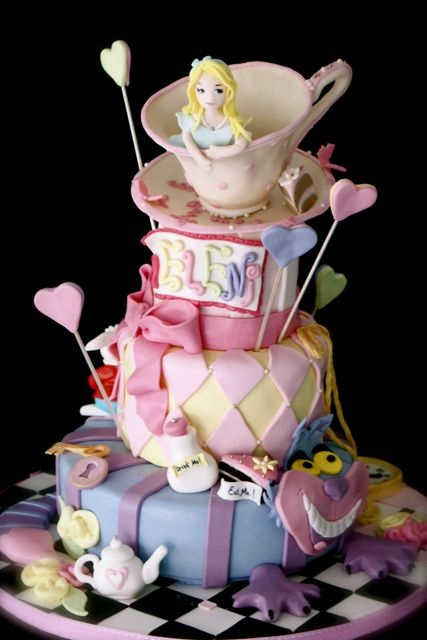 alice in wonderland cake. I WANT THIS. IF ANYONE IS LISTENING..