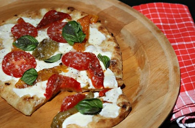 Quick and Easy Garlic Naan Pizza with Roasted Peppers and Cheese ...