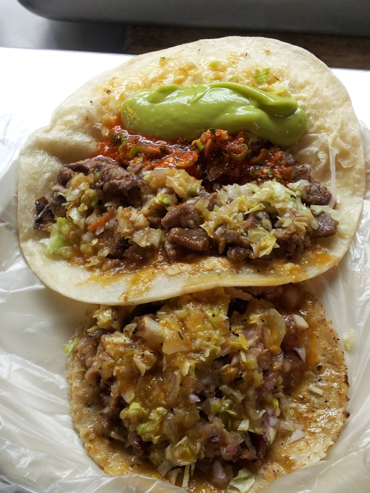Taco de carne asada y quesadilla con Guacamole  Revista Como Local      Quesadilla De Asada