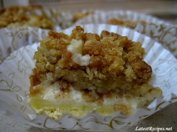 Apple cheesecake streusel bars | Oh so yummy desserts | Pinterest