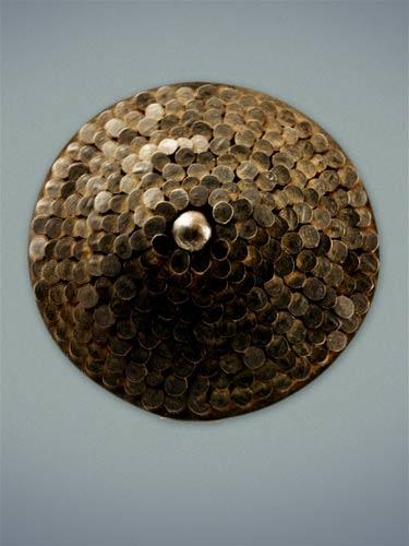Sein auréolés : Sophie HANAGARTH - Des clous plantés dans un disque métallique s'assemblent et se superposent pour former un «sein en armure». - (jewelry with nails) #nails #clous