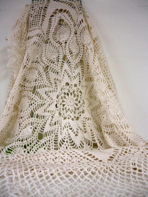 手編みのテーブルクロス Hand crocheted tablecloth