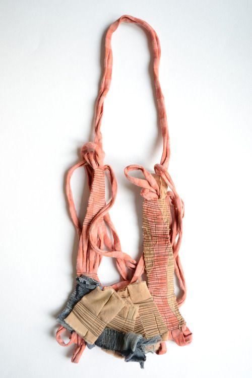 Sabina Tiemroth Ciudades invisibles III / 2013 Collar / Textil de descarte / Alpaca / Costura / Construcción / Coiling / Oxidación / 37 x 15 x 1cm. Invisible cities III / 2013 Necklace / Fabric recycled / Alpaca / Sewing / Coiling / Oxidation / 37 x 15 x 1cm.