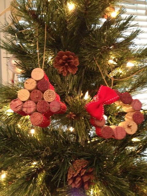 DIY Wine Cork Tree & Wreath Ornaments  #DIY #wine #crafts