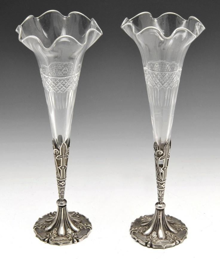 Пара конце викторианской серебра установлен резать стекло труба вазы, каждая из которых предназначена как гвоздь стеклянная ваза с серебром стилизованная базы лиственный, заполнить, пронизанной Джозеф Роджерс & Sons, 1898 Шеффилде