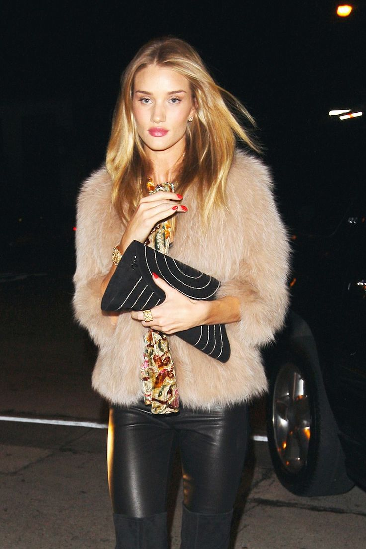 Rosie Huntington-Whiteley Upgrades Evening Casual: Her Smooth Blowout, Bronze Skin, and Bright Red Manicure – Vogue
