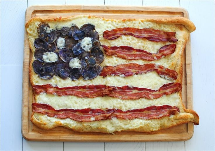 We're not sure if we should salute or dig in! // Bacon Flag Pizza / Bev Cooks #pizza #july4th #recipe