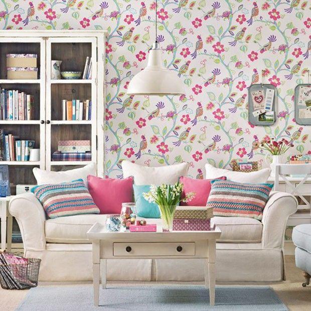 Décor do dia: primavera na sala Papel de parede colorido dá o tom no ambiente