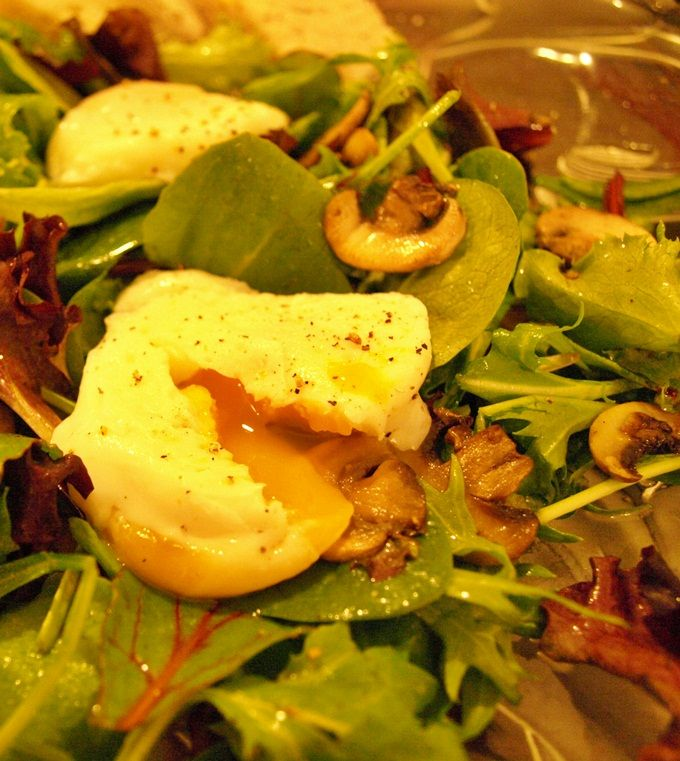 Easy, hearty salad with poached eggs (+ how to actually poach the egg ...