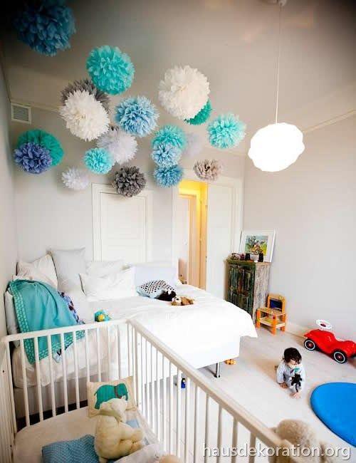 2013/02/babyzimmer,dekorieren,ideen,decke,pompoms,türkis,blau,weiß