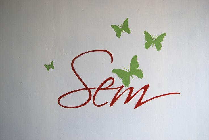 Muurschildering van de naam met vlinders  Decoratieve muurschilderin ...