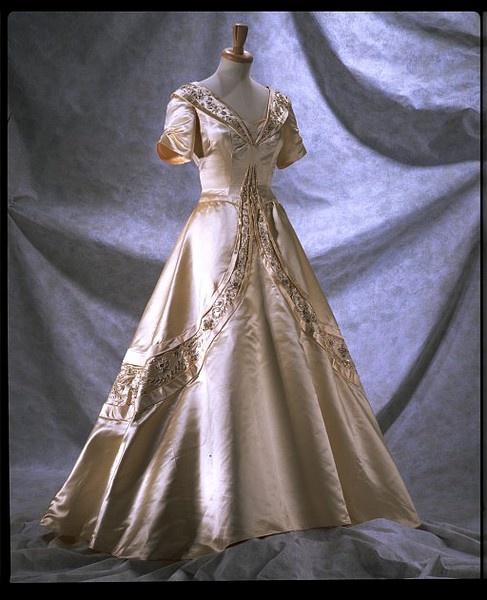 1951 wedding dress norman hartnell the art of 20th for Wedding dresses norman ok