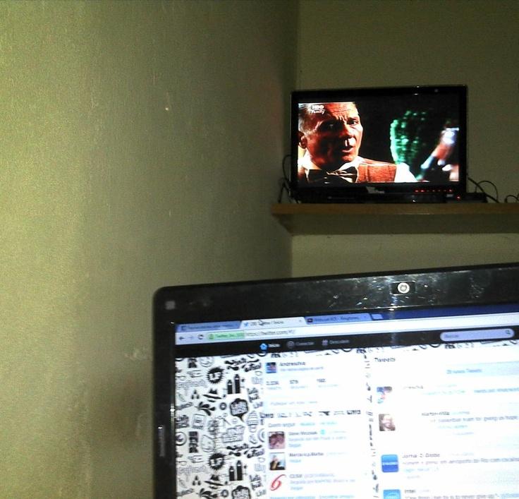 Um oi, pra vc que consegue assistir tv, usar o smartphone, e navegar na net pelo note...