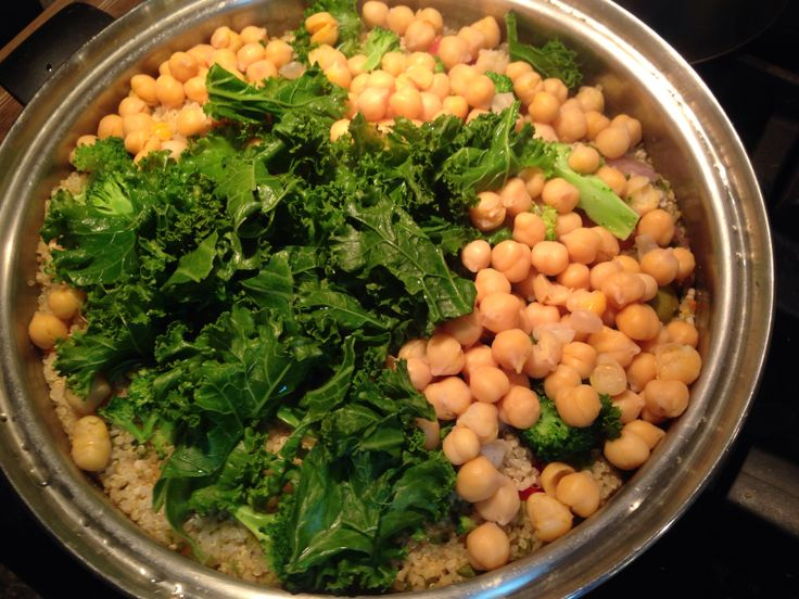 Quinoa with kale, garbanzo beans, and red bell peppers