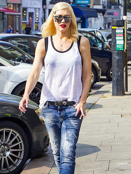 Gwen Stefani added a dose of GLAM to her otherwise casual ensemble with angular square tort sunnies with flash lenses!