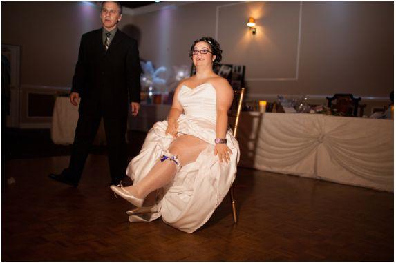 La novia enseña su liguero.