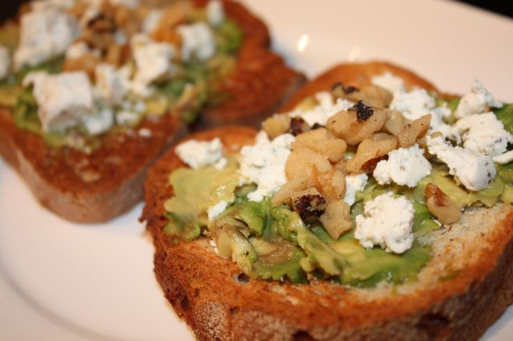 Avocado goat cheese toast with walnuts | Cuisine Creation | Pinterest