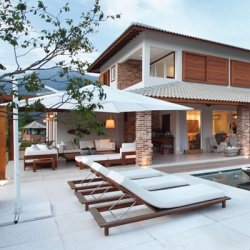 A home that is simultaneously rustic and contemporary. By architect Paola Ribeiro. (In Portuguese)