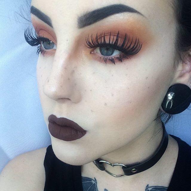 Dark eye makeup for blue