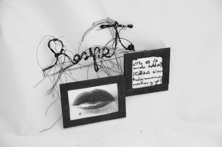 """Myriam Moreno - """"Respeto"""". Crítica al Cuento XXXV del Conde Lucanor. Broche: hilo de plata de ley, acero quirúrgico, madera  de pino, hilo bordado y fotografía, 12x15 cm"""