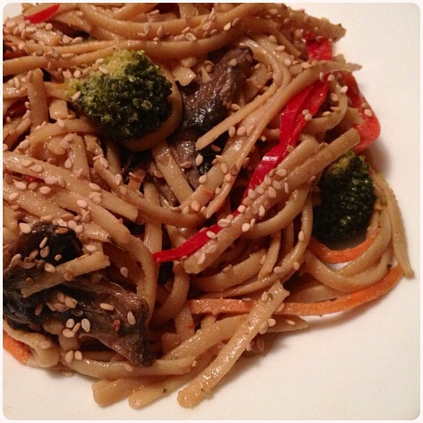 ... sesame noodles w pepper, carrot, broccoli, mushroom and sesame seeds