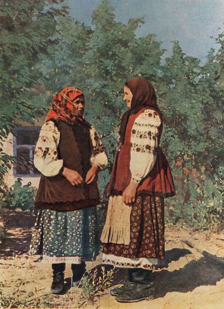 Married Ukrainian women in everyday clothing from Kiev regionUkrainian Everyday Clothing