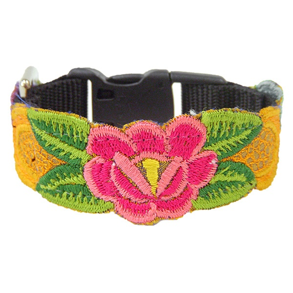mexican embroidered dog collar by fabrica social.