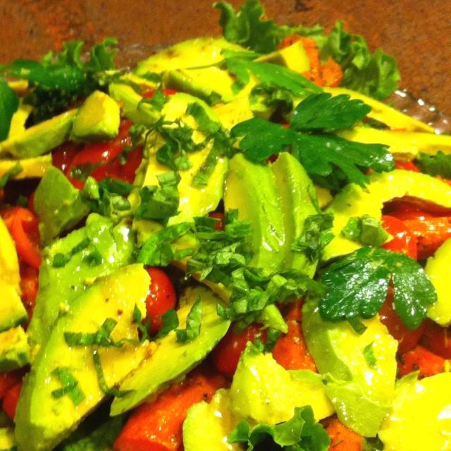 roasted carrot salad with tomatoes, avocado's fresh basil and lemon ...