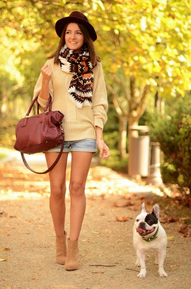 Lovely Pepa in Blanco Sweater, Zara Shorts, Pull & Bear Foulard, Dimoni - Styilisim Bag, H&M Hat, Saleem Bracelet, and Friis & Company Booties