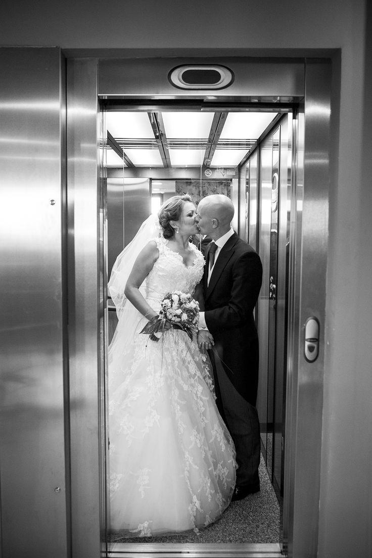 Besos de los novios a la salida de un ascensor