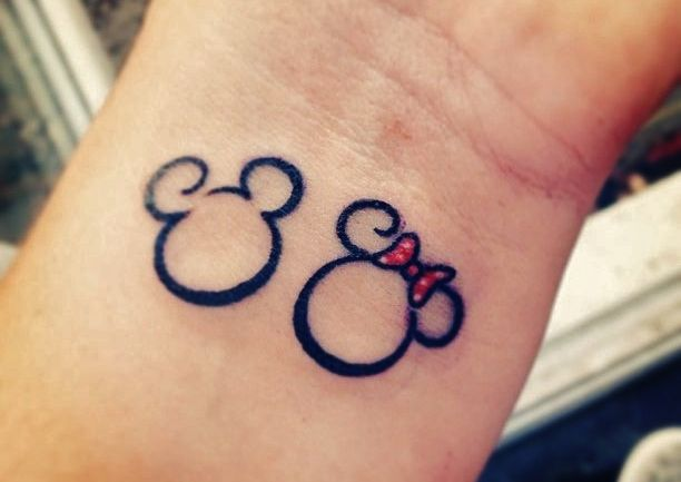 Vintage Mickey Mouse and Minnie Mouse in kiss at the wrist
