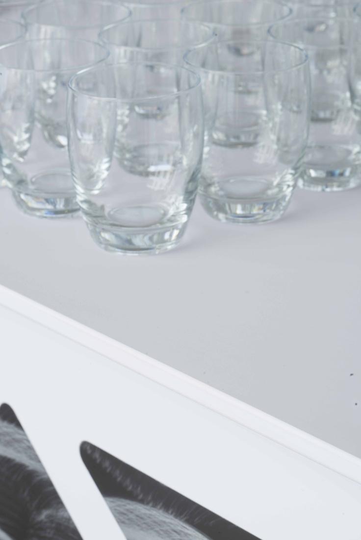 Szklani na białym stole z materiału Nano-Tech