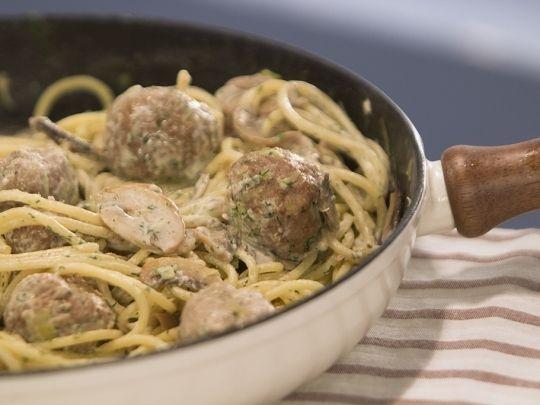Кюфтета с бял сос върху спагети