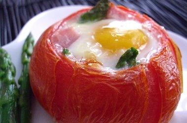 baked eggs ham amp asparagus in tomato cups punchfork