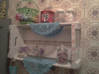 caixotes no banheiro