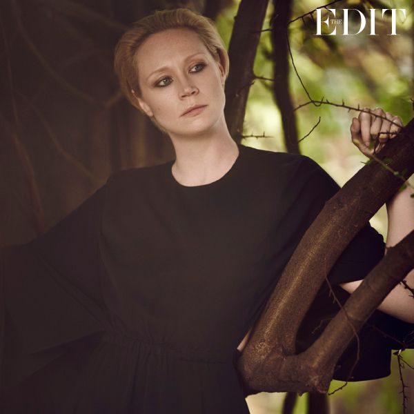 http://www.stylezza.com/gwendoline-christie-star-de-game-of-thrones-the-interview-for-the-edit-2313