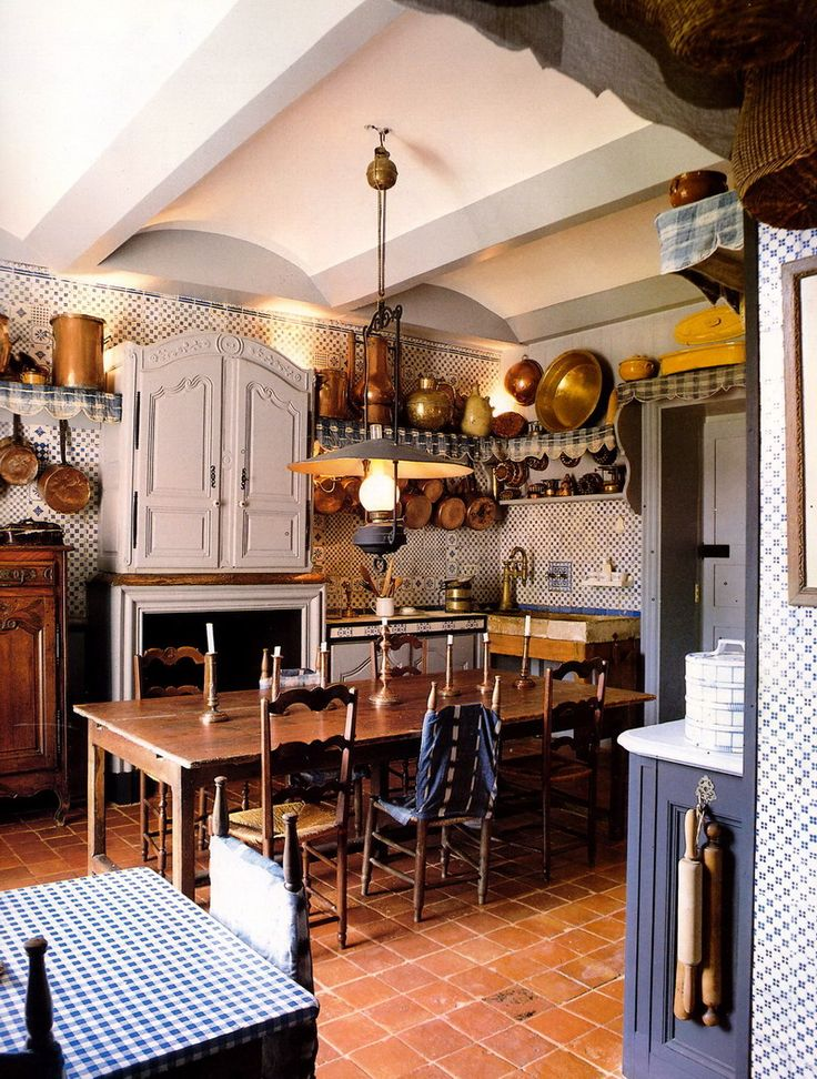 Really fabulous Blue and White themed kitchen with a warm terracotta floor and copper pots - #Country #Kitchens
