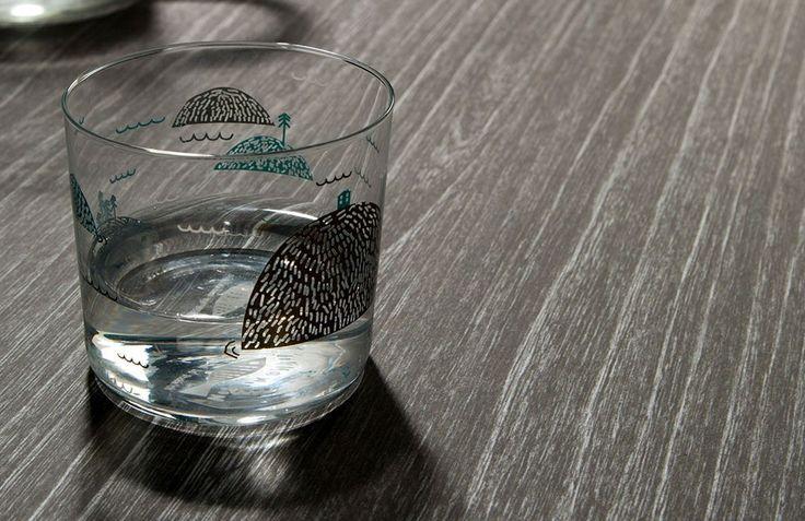 Szklanka postawiona na stole wykonanym w technologii Nano-Tech