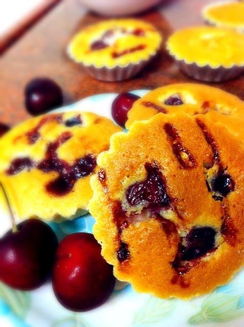 Muffin with fresh cherries and raspberry jam