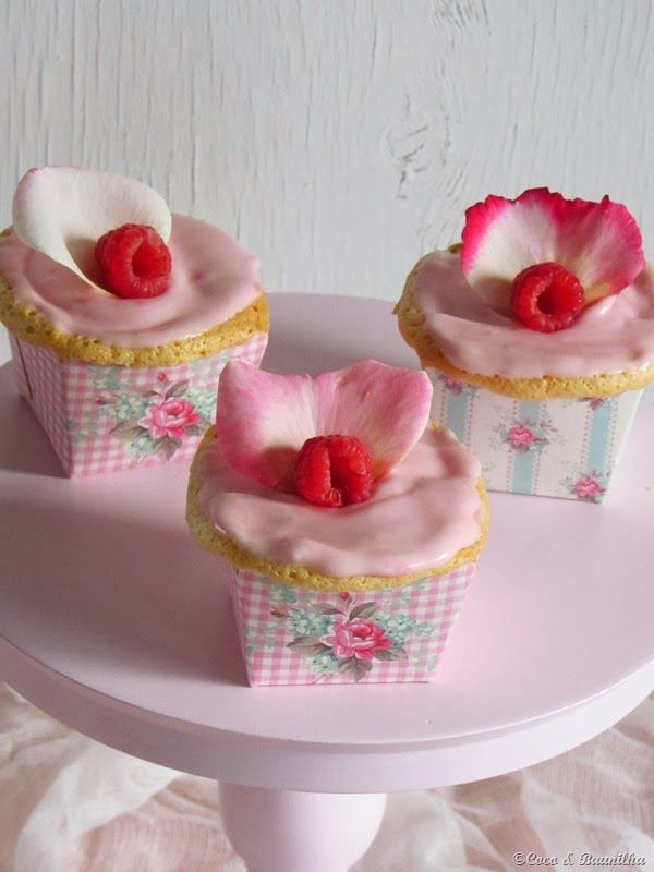 Coconut and Vanilla: Cupcakes of rosewater and raspberry