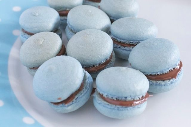 Blue Macarons with Nutella - Chase those Monday blues with these blue macarons with Nutella.