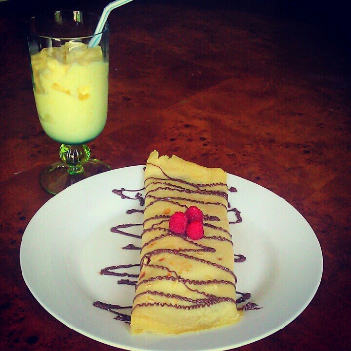 Banana raspberry and nutella crepes with a mango smoothie