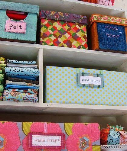 Uma excelente opção para organizar gastando pouco são as caixas de papelão encapadas de tecidos, papel de presente, papel contact ou seu papel preferido. Pegue uma caixa de sapato ou no supermercado e manda ver!