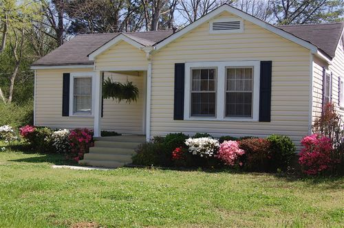 Front of house azaleas hanging plants home ideas for Plants for front of house