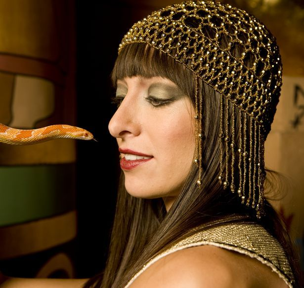 How to Make a Cleopatra Costume Without Sewing thumbnail