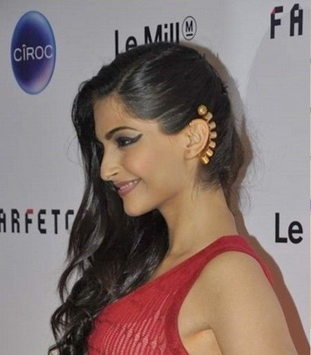 Sonam Kapoor help Farfetch launch its superstore LE MILL in Mumbia. The actress accessorize the look with a stunning gold ear cuff.