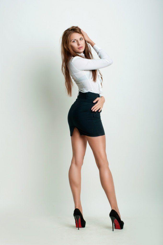 MILF babe Claire Dames on high heels shows her hot ass in miniskirt № 676451  скачать