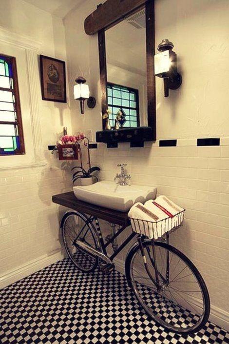 Bicicleta no banheiro? Ótima idéia para decorar um banheiro de restaurante ou café... - Myrella M Costa