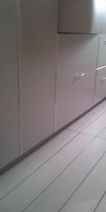 פרקט עמיד למים עם פאזה בצבע לבן חדר אמבטיה - יורם פרקט מכירה והתקנה טל: 050-9911998   http://yoramparcet.webix.me/