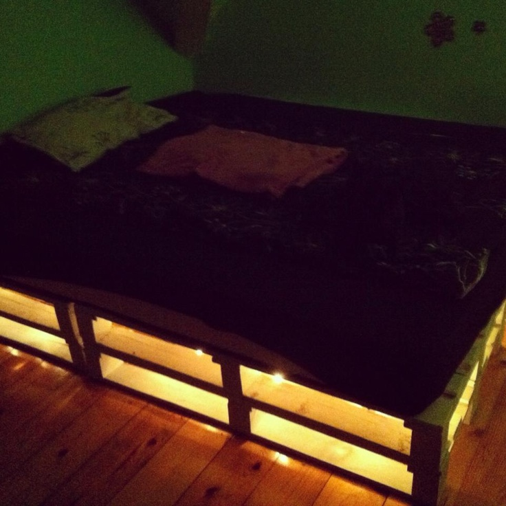 Diy pallet bed with lights for Pallet bed with lights